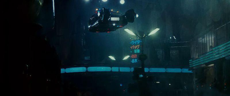 Scène du film Blade Runner, réalisé par Ridley Scott. Les voitures volantes sont le moyen de déplacement des policiers.