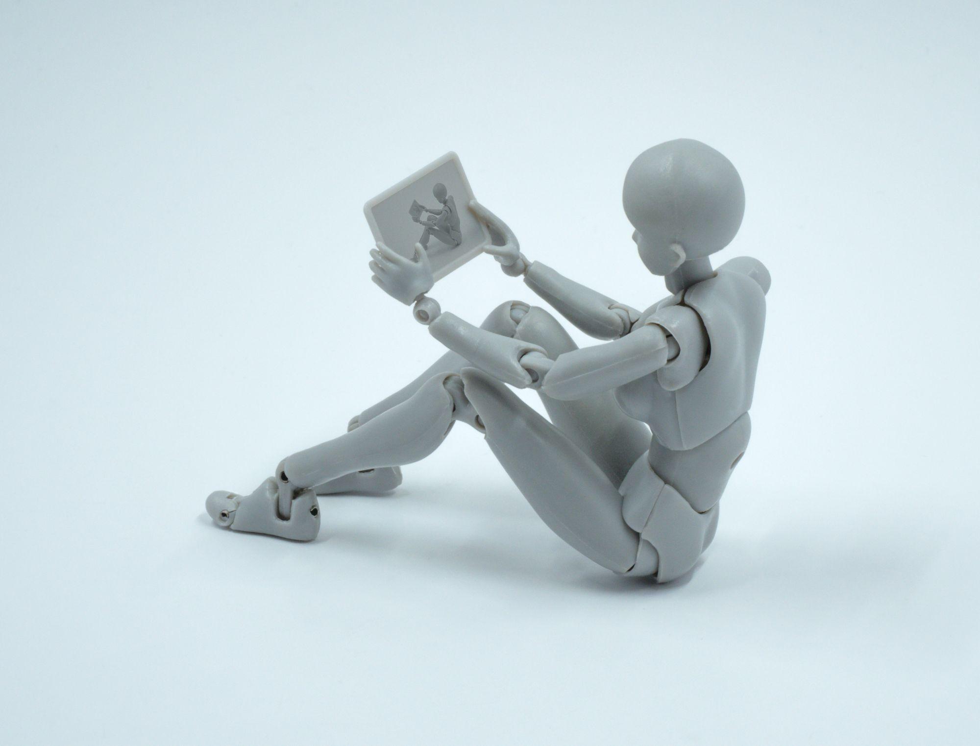Robot qui regarde une tablette avec son reflet