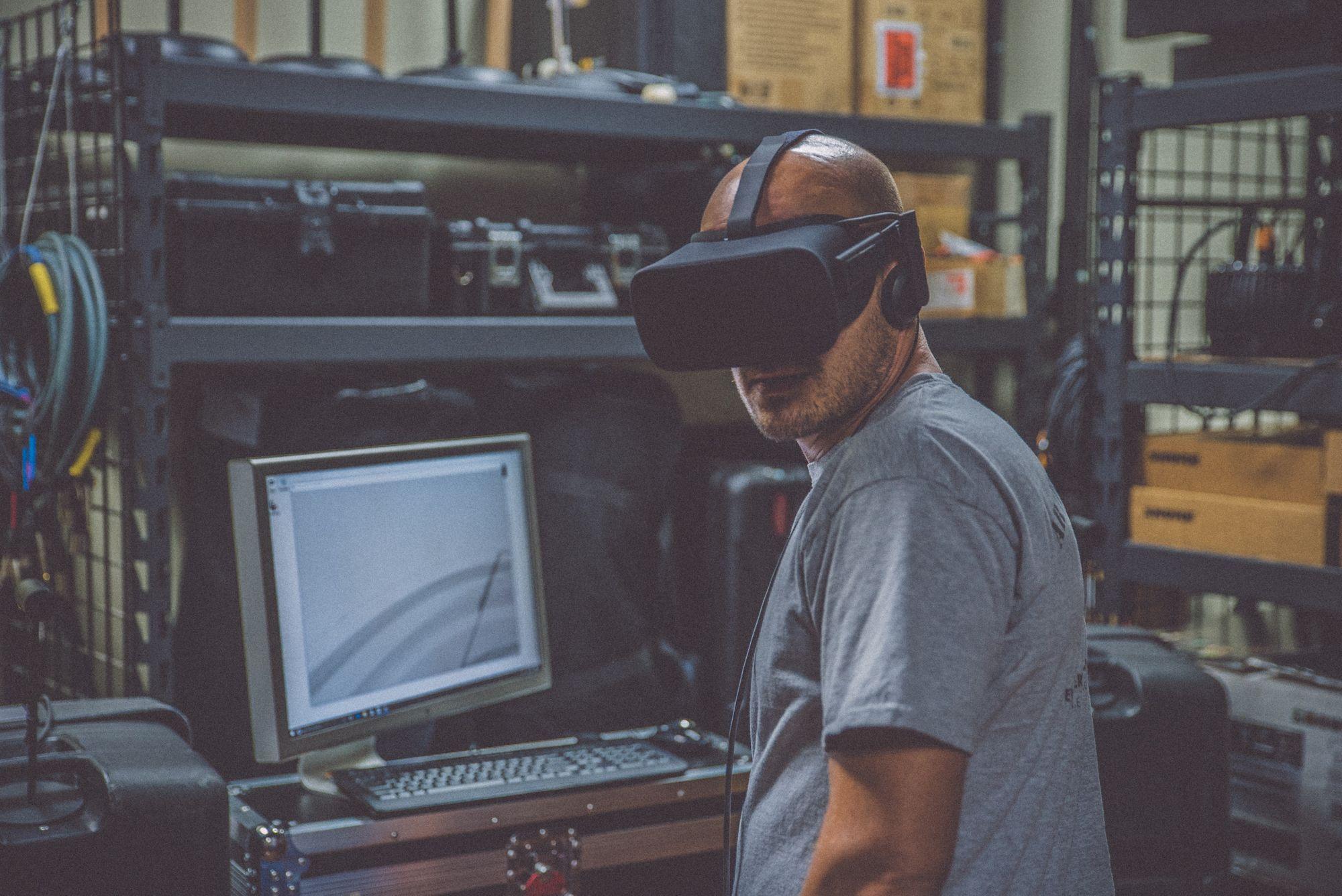 Home avec un casque VR devant une machine